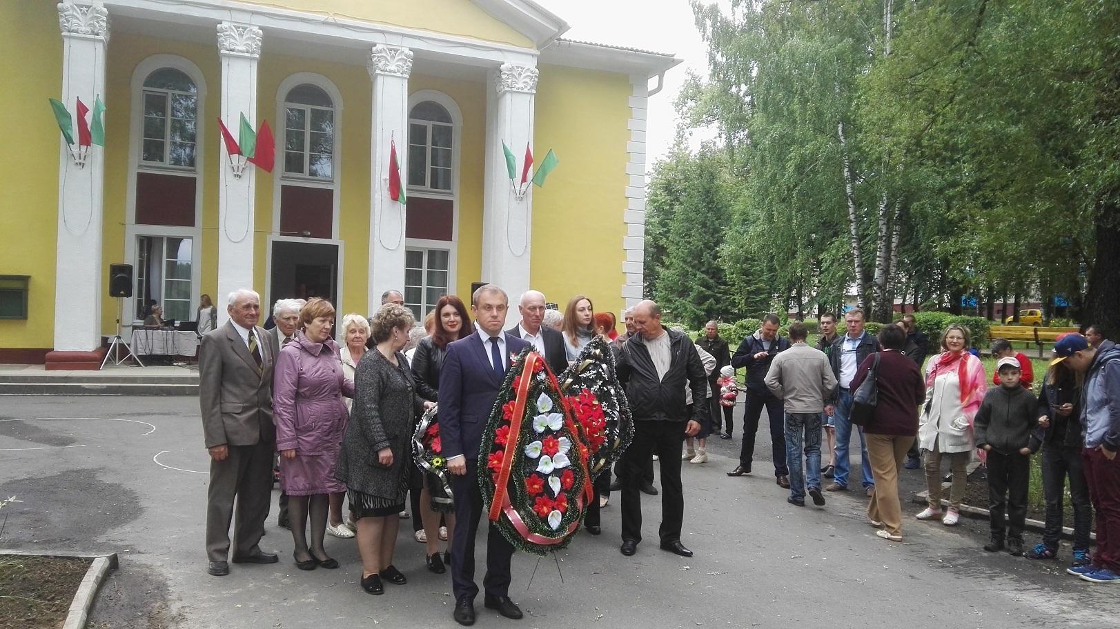 Митинге и возложении цветов и венков к братской могиле поселка Усяж